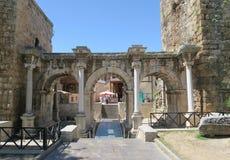 罗马Hadrians门在安塔利亚Oldtown Kaleici,土耳其 库存照片