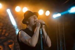 罗马Iagupov, Moldovian民间摇滚小组Zdob si Zdub,唱歌在生活音乐会在涅米罗夫,乌克兰, 21 10 2017年,社论照片 免版税图库摄影