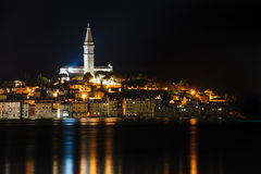 罗维尼海边镇在晚上,克罗地亚 免版税库存图片