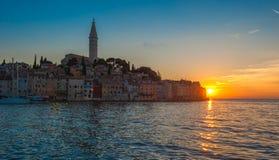 罗维尼老镇日落的, Istrian半岛,克罗地亚 图库摄影