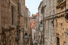罗维尼,克罗地亚狭窄的街道 图库摄影