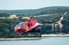罗维尼,克罗地亚- 2014年4月13日在红色公牛Ai的安全直升机 库存图片