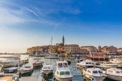 罗维尼,克罗地亚- 9月15 :在一个老威尼斯式镇里面,罗维尼,克罗地亚的港口的小船 免版税库存图片