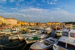 罗维尼,克罗地亚- 9月15 :在一个老威尼斯式镇里面,罗维尼,克罗地亚的港口的小船 免版税库存照片