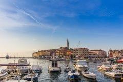 罗维尼,克罗地亚- 9月15 :在一个老威尼斯式镇里面,罗维尼,克罗地亚的港口的小船 库存照片