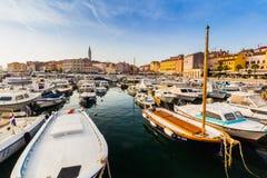 罗维尼,克罗地亚- 9月15 :在一个老威尼斯式镇里面,罗维尼,克罗地亚的港口的小船 库存图片