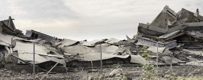 罢工自毁的工业混凝土建筑 充分灾害场面残骸、尘土和被碰撞的大厦 库存图片