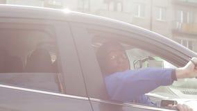 罪犯威胁与刀子在汽车外面 影视素材