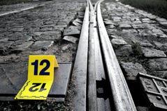 罪行在路轨旁边的证据标志 库存照片