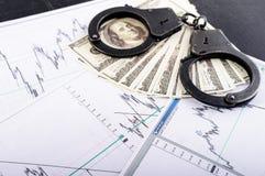罪行,贿款,拘留的概念 手铐,一百dolla 图库摄影