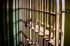 罪行-监狱牢房酒吧剧烈的射击  库存图片