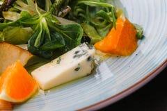 羊乳干酪乳酪删去用桔子和绿色 开胃菜,沙拉 健康的食物 Restaurand和自创食物 免版税库存图片