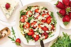 羊乳干酪草莓芝麻菜沙拉和成份 免版税库存图片