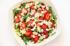 羊乳干酪草莓芝麻菜沙拉 免版税库存照片