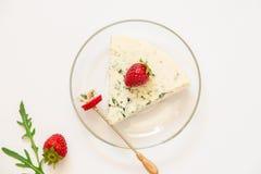 羊乳干酪,草莓,芝麻菜在中心 免版税库存图片