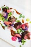 羊排用的豌豆紫色土豆 库存照片