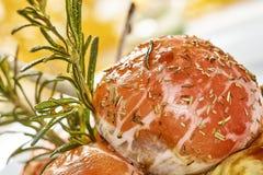 羊排的图象在用菜充塞的菜茄子床上的 免版税图库摄影