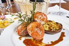 羊排的图象在用菜充塞的菜茄子床上的 图库摄影