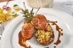 羊排的图象在用菜充塞的菜茄子床上的 库存图片