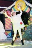 绵羊服装的女孩招待与笑话的观众 库存照片