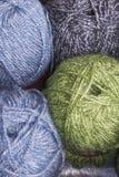 羊毛五颜六色的球  免版税库存图片