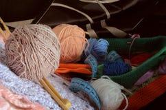 羊毛和竹子轮幅球在前景的反对bac 免版税库存图片