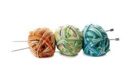 羊毛和编织针三个混合物球在白色backgro 免版税图库摄影