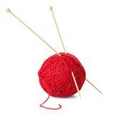 羊毛和编织针红色球  免版税库存照片