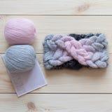 羊毛和被编织的头饰带两个丝球  库存照片