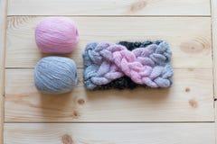 羊毛和被编织的头饰带梯度两个丝球  免版税库存照片