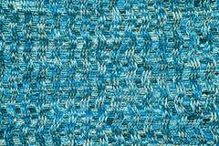 羊毛围巾或毛线衣纹理关闭 蓝色被编织的球衣后面 免版税库存图片