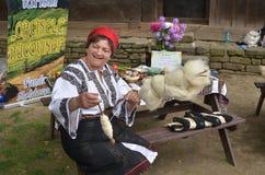 羊毛妇女松捻大麻制成的绳索  免版税图库摄影