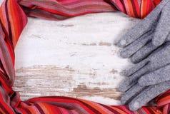 羊毛手套和五颜六色的披肩有拷贝空间的文本的,老土气木背景 免版税图库摄影