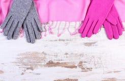 羊毛手套和披肩有拷贝空间的文本的,老土气木背景 免版税库存图片