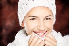 羊毛毛线衣和盖帽的妇女 免版税库存照片