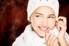 羊毛毛线衣和盖帽的妇女 免版税图库摄影