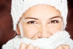 羊毛毛线衣和盖帽的妇女 免版税库存图片