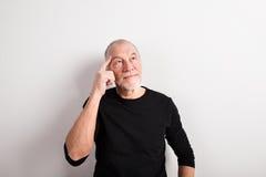 黑羊毛毛线衣的,演播室射击体贴的老人 免版税库存照片