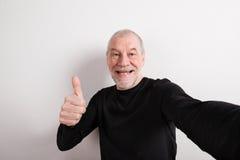 黑羊毛毛线衣的,赞许,演播室射击老人 免版税库存照片