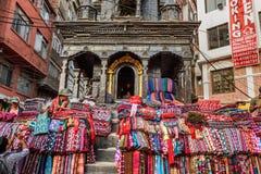 羊毛毯子销售在Thamel市场上在加德满都,尼泊尔 库存照片