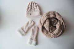 羊毛浅兰的围巾、手套和帽子在白色 免版税库存照片
