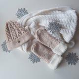 羊毛浅兰的围巾、手套和帽子在白色 库存照片