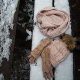 羊毛浅兰的围巾、手套和帽子在白色 库存图片