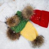 羊毛浅兰的围巾、手套和帽子在白色 免版税库存图片