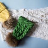 羊毛浅兰的围巾、手套和帽子在白色 图库摄影