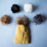 羊毛浅兰的围巾、手套和帽子在白色 免版税图库摄影