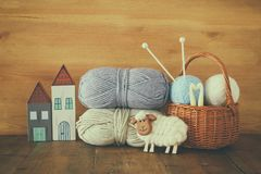 羊毛温暖和舒适毛线球在木桌上的 免版税库存照片
