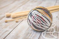 羊毛现代颜色球减速火箭的照片与编织的竹针的 定调子 库存照片