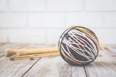 羊毛现代颜色球减速火箭的照片与编织的竹针的 定调子 免版税库存照片
