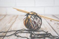 羊毛现代颜色球减速火箭的照片与编织的竹针的 定调子 免版税库存图片